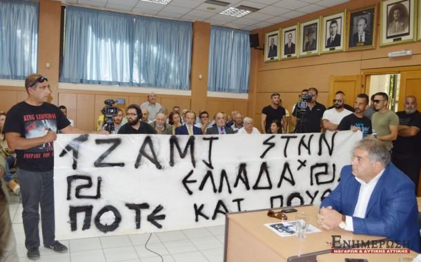 Διαμαρτυρία μελών της Χρυσής Αυγής στο Δημοτικό Συμβούλιο Μεγάρων