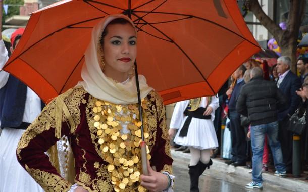 Υπό βροχή παρέλαση(φωτορεπορτάζ)