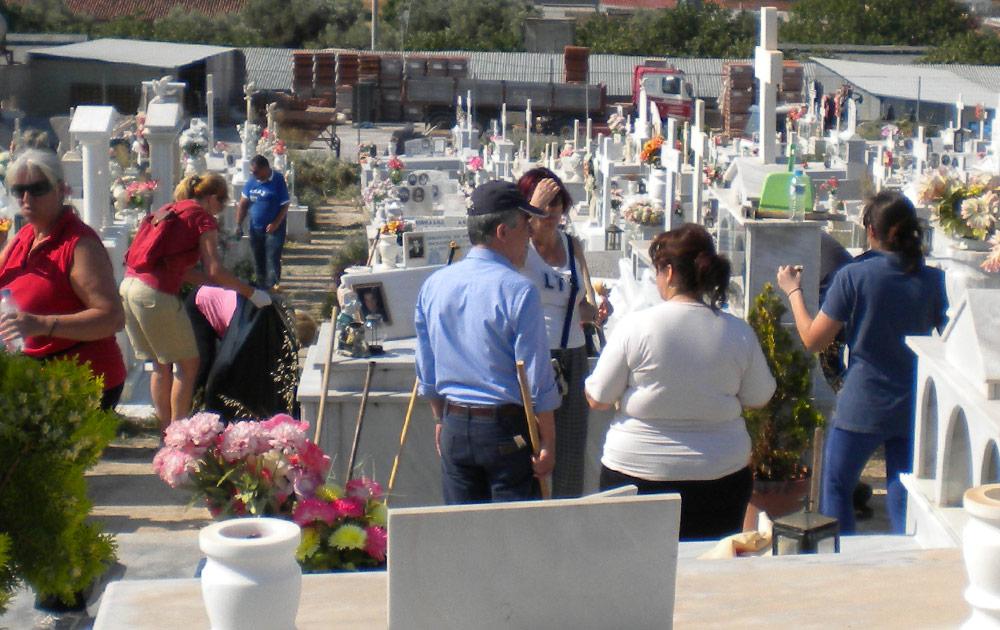 Το Νεκροταφείο καθάρισαν Δήμαρχος και εργαζόμενοι