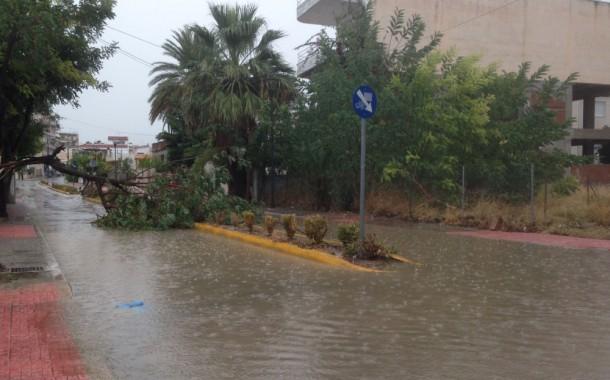 Πλημμυρισμένοι δρόμοι και επικίνδυνοι