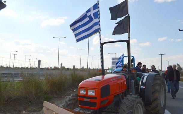 Στα μπλόκα οι αγρότες: Δεν περνάει τίποτα από Ισθμό-Τέμπη