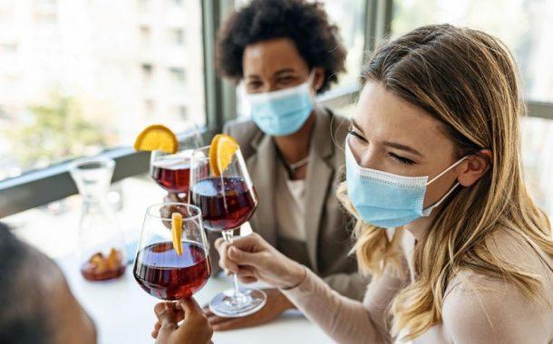 Υποχρεωτική χρήση μάσκας: Πώς θα την φοράμε σε καφέ, μπαρ και εστιατόρια